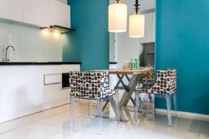 Een foto van een keuken met een blauwe muur.