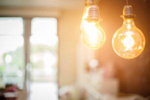 Licht in een kamer afkomstig van twee gloeilampen.