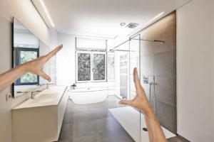 Afbeelding van een badkamer met douche, wasbak en bad.