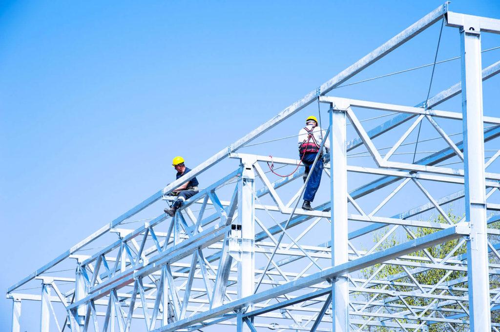 Bouwvakkers werken aan een constructie volgens de bouwmethode met staalbouw.