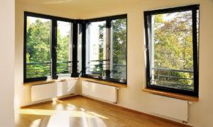 Een afbeelding van ramen in een woning, die uitkijken op zonlicht.