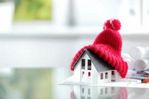 Een afbeelding van een miniatuur woning, beschermd tegen vochtproblemen.
