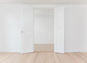 Een deur die langs twee kanten opent.