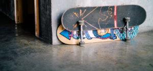 Vloer met skateboarden.