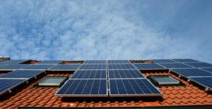 Een afbeelding van zonnepannelen op een hellend dak.