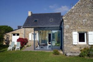 een afbeelding van een veranda aan een woning, gezien vanuit de tuin.